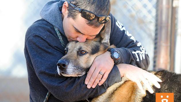 Tierheim-Mitarbeiter John Garcia brachte Bela in sein neues Zuhause. (Bild: Best Friends Animal Society)