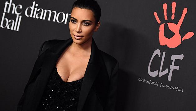 Kim Kardashian vermeidet es, zu lachen. (Bild: Jordan Strauss/Invision/AP)