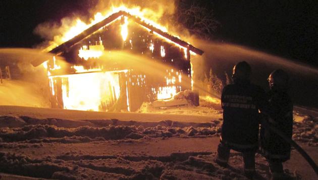200 Jahre altes Holzhaus wurde Raub der Flammen (Bild: APA/FF-SEEHAM)