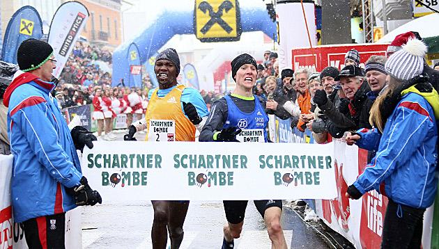 Victor Chumo (KEN) und Richard Ringer (GER) beim Zieleinlauf (Bild: APA/ANDREAS MARINGER)