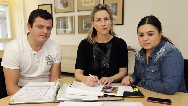 Emelys Eltern Mrija (re.) und Slaven (li.) mit ihrer Anwältin Barbara Auzinger (Bild: Klemens Groh)