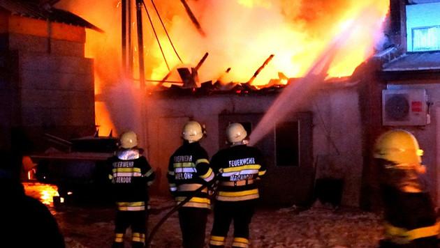 Einsatzkräfte der Feuerwehr bei der Brandbekämpfung in Kinsdorf im Bezirk Südoststeiermark (Bild: APA/FEUERWEHR/KARNER)
