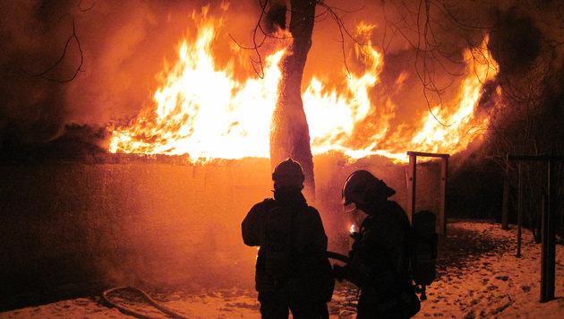 Der Schober in Graz_Eggenberg brannte lichterloh. (Bild: APA/BF GRAZ)