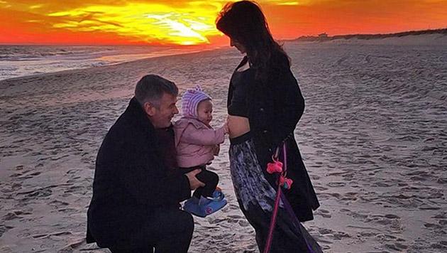 Mit diesem Foto verkündeten Hilaria und Alec Baldwin die Babynews. (Bild: instagram.com/hilariabaldwin)