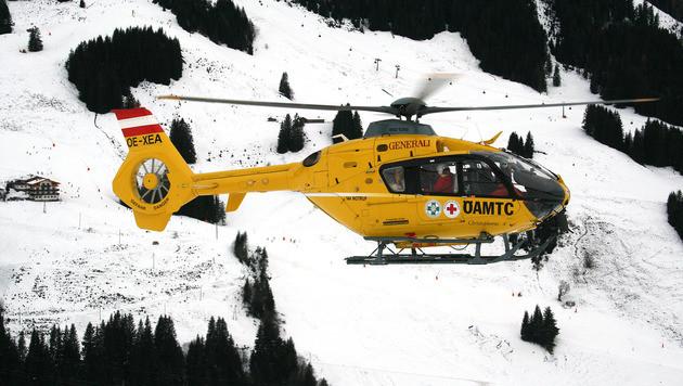 Ein Rettungshubschrauber des ÖAMTC auf dem Weg zur Unglücksstelle am Mölltaler Gletscher (Bild: APA/AKTIVNEWS.AT)