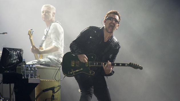 Bono kann vielleicht nie mehr Gitarre spielen (Bild: AP)