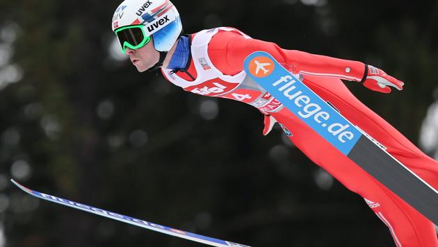 BILD 2: Jacobsen am Sonntag in Innsbruck: Der Anzug ist an den Händen wieder kürzer und regelkonform (Bild: APA/EPA/DANIEL KARMANN)