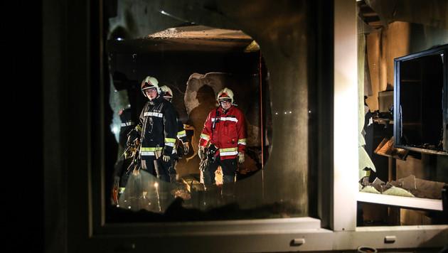 Das Wohnhaus wurde evakuiert - 36 Personen in Sicherheit gebracht. (Bild: APA/MATTHIAS LAUBER)
