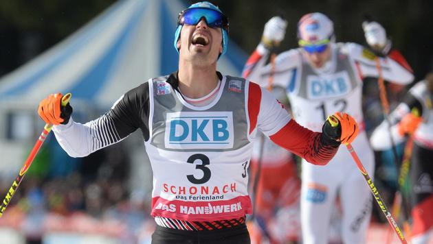 Lukas Klapfer feiert ersten Weltcupsieg (Bild: AP)