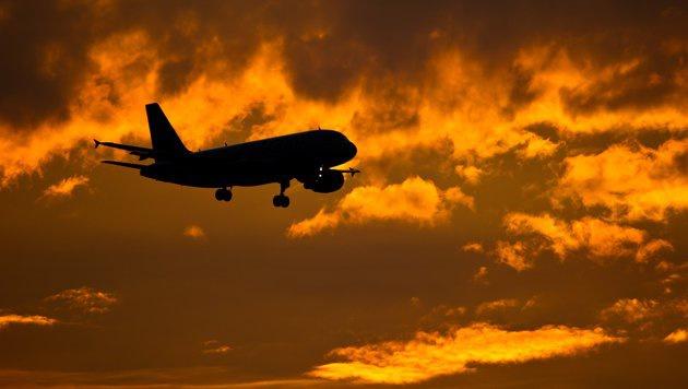 Tausende wollen illegal per Flugzeug einreisen (Bild: dpa/Patrick Pleul)
