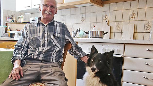"""Glücklich und am Leben: Herrchen Siegfried Posch und sein treuer Vierbeiner """"Bello"""" (Bild: Christof Birbaumer)"""