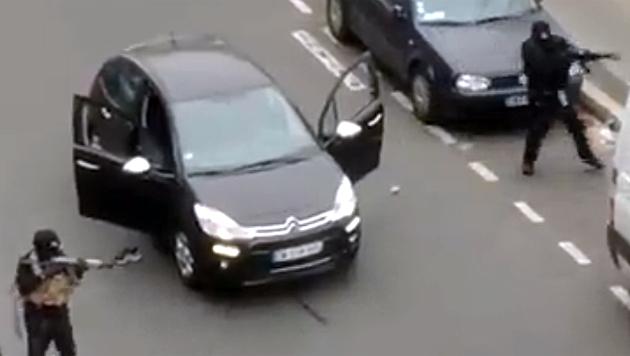 Ein Web-Video zeigt, wie Maskierte nach dem Anschlag auf der Straße einen Polizisten erschießen. (Bild: Twitter.com)