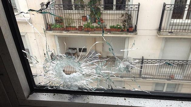 Anschlag in Paris: Ein auf Twitter gepostetes Bild zeigt Einschusslöcher in einer Fensterscheibe. (Bild: Twitter.com/Yves Cresson)