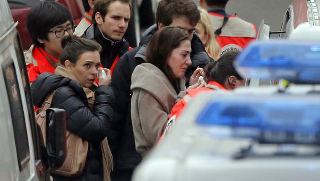 """Evakuierung des Gebäudes, in dem sich die """"Charlie Hebdo""""-Redaktion befindet. (Bild: AP)"""