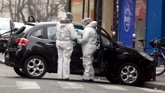 Forensiker untersuchen das Fluchtauto der Attentäter. (Bild: AP)