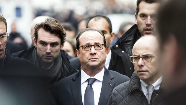 Präsident Hollande begab sich umgehend in die Nähe des Tatorts. (Bild: APA/EPA/ETIENNE LAURENT)