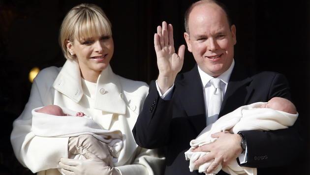Sichtlich glücklich sind Charlene und Albert mit ihren Zwillingen. (Bild: APA/EPA/GUILLAUME HORCAJUELO)