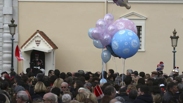 Tausende Monegassen lassen es sich nicht entgehen, den ersten Auftritt der Babys live zu erleben. (Bild: APA/EPA/GUILLAUME HORCAJUELO)