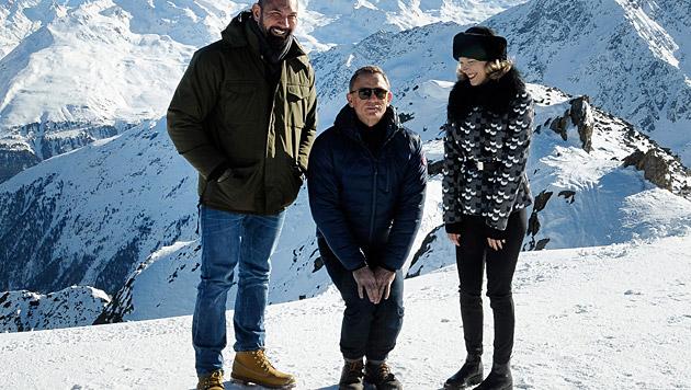Daniel Craig geht in Sölden auf die Knie. (Bild: APA/BARBARA GINDL)