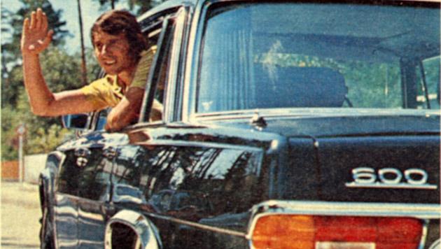 Udo winkt aus dem Mercedes, der mittlerweile weiß umlackiert ist.