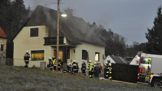 Aus diesem Haus rettete der Steirer seine Schwiegermutter. (Bild: J.Eggenreich/ Bereichsfeuerwehrverband Weiz)