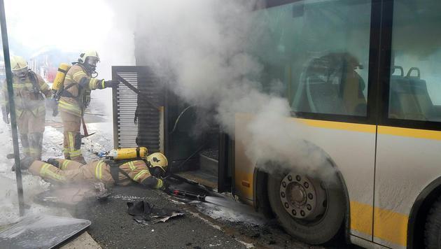 Alle Fahrgäste konnten den Bus rechtzeitig verlassen. (Bild: APA/FEUERWEHR SAALFELDEN/UNBEKANNT)