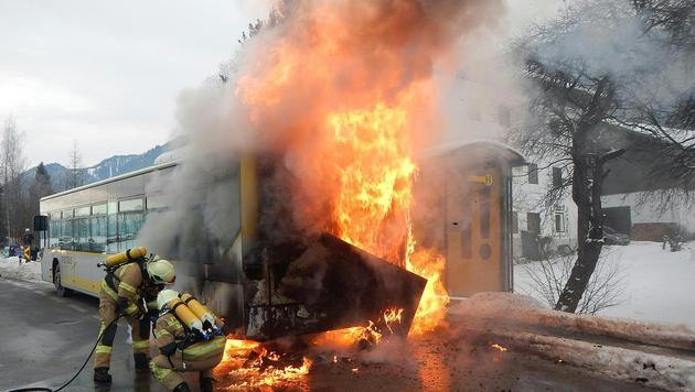Das Heck des Busses stand in Vollbrand. (Bild: APA/FEUERWEHR SAALFELDEN/UNBEKANNT)