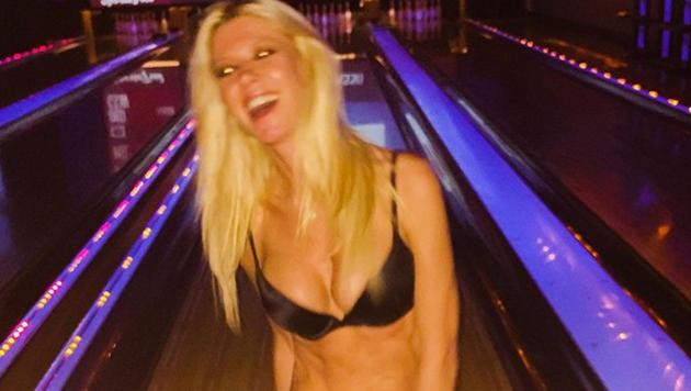 Tara Reid halb nackt auf der Bowlingbahn (Bild: Viennareport)