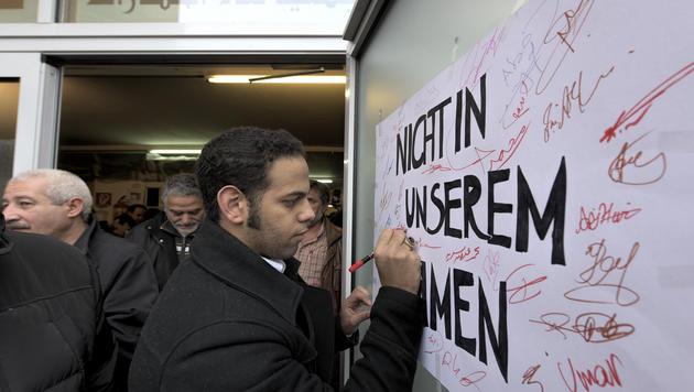 Anti-Gewalt-Aktion vor Wiener Moschee (Bild: APA/HERBERT NEUBAUER)