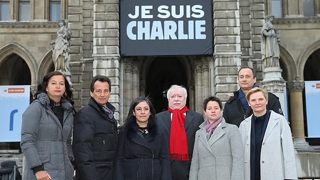 """Charlie""-Plakat am Wiener Rathaus angebracht (Bild: Peter Tomschi)"