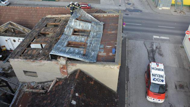 Feuerwehr-Einsatz auf einem weiteren vom Sturm abgedeckten Blechdach in Neunkirchen/NÖ (Bild: APA/ED - LECHNER)