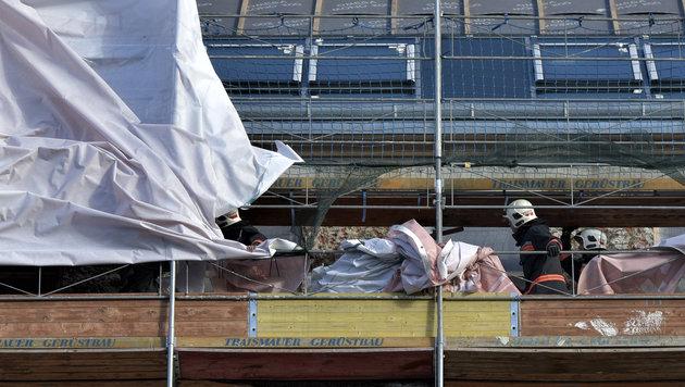 Einsatzkräfte bei Sicherungsarbeiten an einem eingerüsteten Haus in Wien-Landstraße (Bild: APA/HERBERT NEUBAUER)