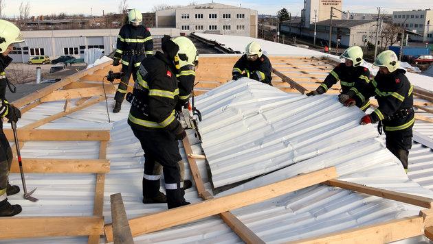 Die Feuerwehr bei einem Einsatz aufgrund eines vom Sturm abgedeckten Blechdaches in Neunkirchen/NÖ. (Bild: APA/ED - LECHNER)