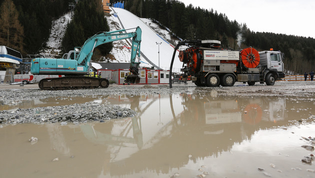Vor dem Skiflug-Weltcup am Kulm in der Steiermark sorgten Regenfällen und Tauwetter für Chaos. (Bild: APA/ERWIN SCHERIAU)