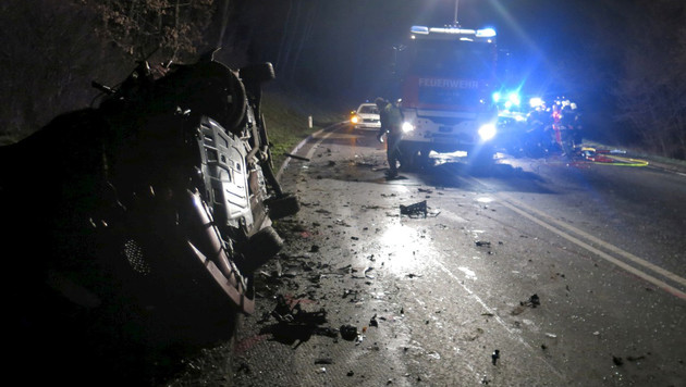 Die Trümmer der beiden Autos lagen über die gesamte Fahrbahn verstreut. (Bild: APA/STADTFEUERWEHR OBERWART)