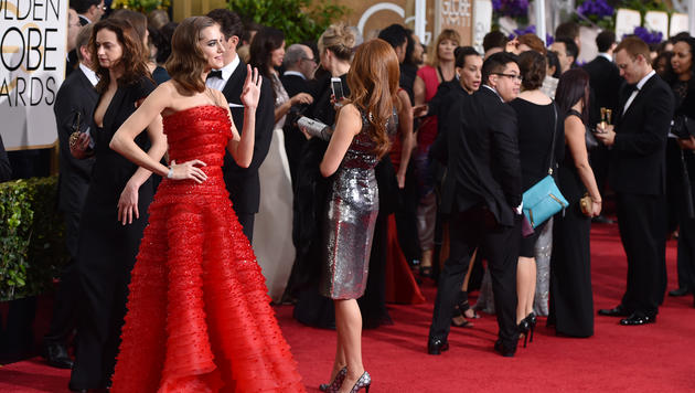 Allison Williams in einem Kleid von Armani Privé (Bild: AP)