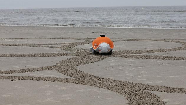 Disney-Roboter malt Kunstwerke in den Sand (Bild: beachbot.ch)