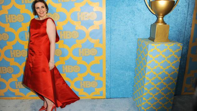 Lena Dunham in ihrem roten, rückenfreien Zac-Posen-Kleid. (Bild: AP/Richard Shotwell)