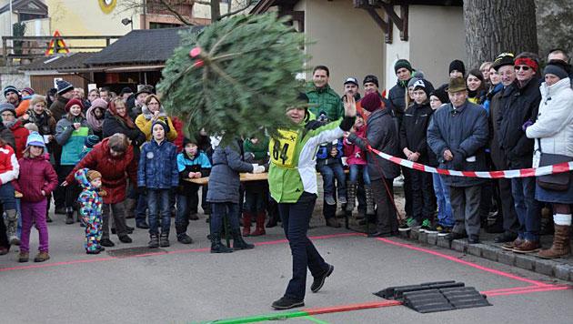 Eine Teilnehmerin beim Christbaum-Weitwerfen in Eichenbrunn (Bild: www.eichenbrunn.com)