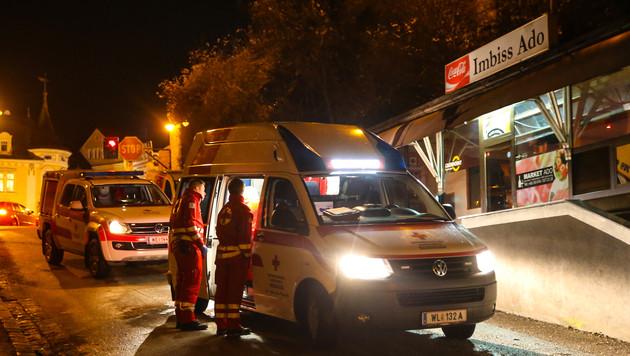 Die Rettungskräfte versorgten das Opfer vor der Imbissbude. (Bild: laumat.at)