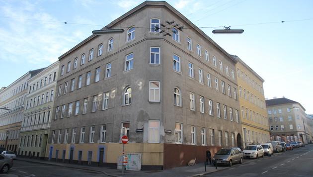 In diesem Gebäude in der Aichholzgasse stieß die Polizei auf die verweste Leiche. (Bild: ANDI SCHIEL)