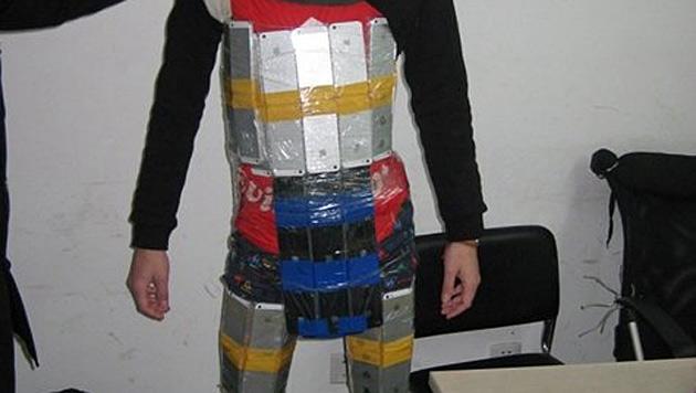 "Polizei fasst Schmuggler in ""iPhone-Rüstung"" (Bild: sz.people.cn)"