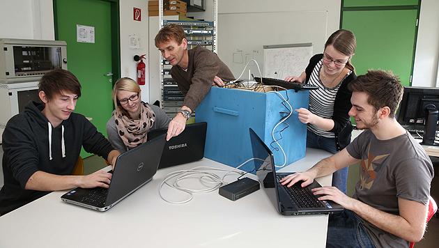 Die Nachwuchsforscher mit Professor Udo Payer (Bild: Jürgen Radspieler)