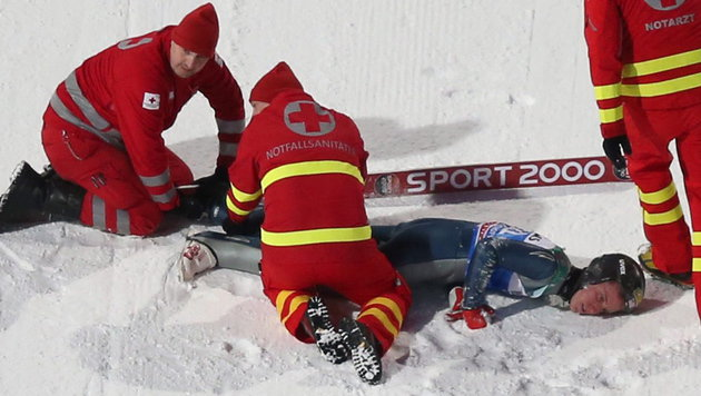 Skispringer nach Bischofshofen-Sturz im Rollstuhl? (Bild: APA/EPA/DANIEL KARMANN)