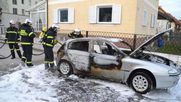Das Auto brannte komplett aus. (Bild: Einsatzdoku.at)