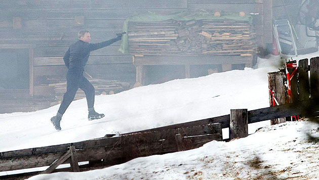 Bond-Darsteller Daniel Craig mit Pistole im Anschlag bei den Dreharbeiten in Obertilliach (Bild: APA/EXPA/JOHANN GRODER)