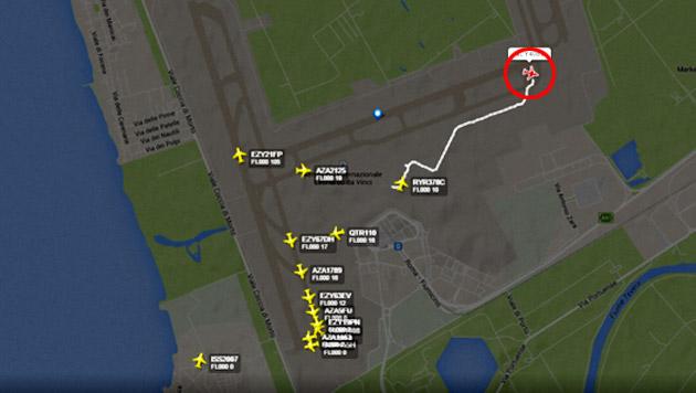 Die isolierte Flyniki-Maschine (rot markiert) neben der Startbahn (Bild: Flightradar24 (Screenshot))