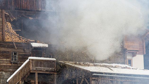 Rauch steigt aus einem Gebäude, das als Filmkulisse für den Bond-Film errichtet wurde. (Bild: APA/EXPA/JOHANN GRODER)