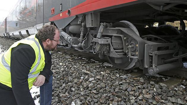 Schnellzug mit 100 Insassen in Kärnten entgleist (Bild: APA/GERT EGGENBERGER)