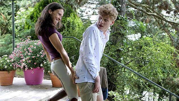 Waltraud verführt den Sohn ihrer Freundin. (Bild: ORF/MR Film)